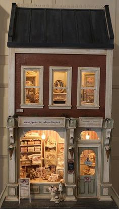 Shabby Chic (lovely antiques and accessories shop) from Art Miniature Vitrine Miniature, Miniature Rooms, Miniature Houses, Victorian Dollhouse, Dollhouse Dolls, Dollhouse Miniatures, Dolls House Shop, Narrow Rooms, Miniture Things