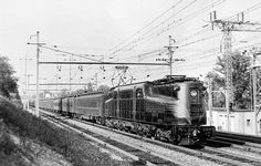 4800 shows off its Raymond Loewy-designed paint scheme of five widely spaced pinstripes as it passes Loudon Park, Md., with the southbound Colonial in May Electric Locomotive, Steam Locomotive, 30th Street Station, Long Island Railroad, New York Central Railroad, Motor Generator, 1940s Photos, Railroad Pictures, Pennsylvania Railroad