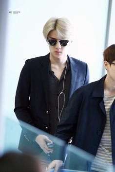 Oh sehun exo in airport Kim Minseok, Wearing Glasses, Chanyeol, Fashion Show, Suit Jacket, Blazer, Suits, How To Wear, Jackets