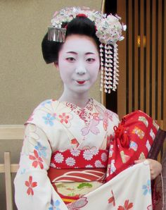 Maiko Kanayuki, April 2015. Photo by Kikuya Kanzashi www.facebook.com/kanzashi.uk