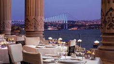 Uno de los lugares más románticos del mundo, el restaurante Tugra se encuentra en el primer piso del histórico Palacio Ciragan #Estambul #Turquia