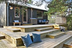 Entries feed for nastty Sloped Backyard Landscaping, Sloped Garden, Prefab Cottages, Pergola, Patio Plans, Cafe House, Building A Deck, Outdoor Settings, Outdoor Areas