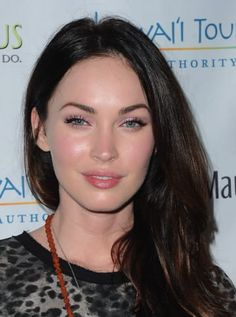 Those with hooded eyes like Megan Fox will benefit from curling the lashes and opting for . Megan Fox Makeup, Megan Fox Hair, Megan Denise Fox, Megan Fox Lips, Megan Fox Young, Maquillaje Megan Fox, Megan Fox Plastic Surgery, Megan Fox Surgery, Foto Tablet