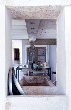 Un évier rustique pour cette maison moderne