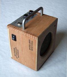 Mini amp made from cigar box. Cigar Box Projects, Cigar Box Crafts, Diy Guitar Amp, Cool Guitar, Ukulele, Banjo, Homemade Musical Instruments, Diy Speakers, Cigar Box Guitar