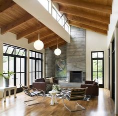 Un fantástico contraste entre el techo de madera y los muros blancos | #techo #madera #arquitectura #design