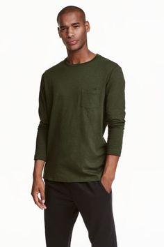 롱 슬리브 티셔츠: 슬러브 저지 소재의 라운드넥 긴소매 티셔츠. 가슴 포켓 1개.