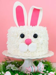 To the rescue of your extra chocolate Easter: cake Kit Kat easy! - Five Forks Bunny Birthday Cake, Easter Bunny Cake, First Birthday Cakes, Easter Party, Decoration Patisserie, Rabbit Cake, Cake Blog, Cake Kit, Holiday Cakes