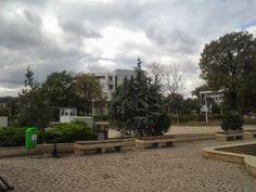 """Porțiune din Piațeta Romulus și Remus cu vedere  spre clădirea numită """"Casa Albă """" a Constanței"""