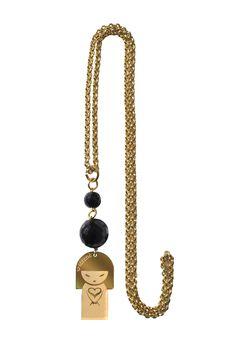 Per una scelta Nichel Free: Serene' Bijoux Le Serenelle, collana in oro a maglie sottili, pietre nere e ciondolo che reinterpreta la famosa Kokeshi giapponese, la bambola di legno simbolo di buon auspicio a cui si ispira la matrioska russa. Un gioiello che dona un tocco femminile e chic, come tutti i gioielli Serene'