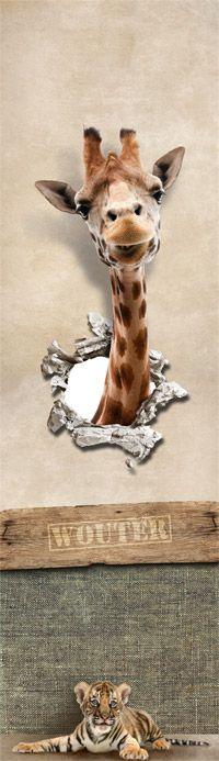 Wie wil er niet wakker worden met deze stoere junglekamer muursticker? De giraf komt even door de muur heen kijken of alles nog veilig is...Een top idee voor de babykamer of kinderkamer! Boys Jungle Bedroom, Giraffe, Kids, Animals, Home Decor, Urban Art, Olive Tree, Mirrors, Children