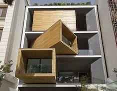 Das hier ist das Sharifa-ha House in Teheran. Die Architekten von Nextoffice haben sich da wirklich was Besonderes ausgedacht. Am auffälligsten sind sicher die drei Räume in der Fassade, die sich wie drei Container drehen lassen. So kann man selbst zwische