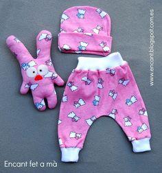 Delicado conjunto de 3 piezas para la primera puesta. Pantalón, gorrito y muñeco. En tela de algodón estampado.