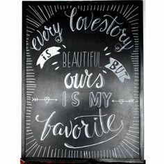 Een krijtbord met een quote over de liefde geeft een romantische sfeer aan je bruiloft.