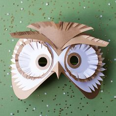 Un masque de hibou pour le carnaval / an owl mask for carnival Cardboard Mask, Cardboard Crafts, Diy Paper, Paper Art, Diy For Kids, Crafts For Kids, Owl Mask, Papier Diy, Paper Owls