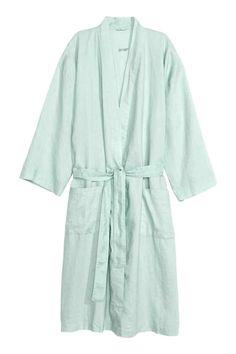 Robe em linho: QUALIDADE PREMIUM. Robe em linho lavado com dois bolsos à frente e cinto de atar. Unissexo.