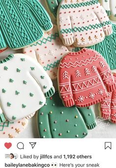 I'm constantly inspired by other wonderful cookiers and wanted to share some of my favorite Christmas cookies (so far) by these talented… Fancy Cookies, Iced Cookies, Cut Out Cookies, Royal Icing Cookies, Cookies Et Biscuits, Christmas Sugar Cookies, Christmas Sweets, Christmas Cooking, Holiday Cookies