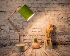 Model grond metal een bureaublad eenvoudige maar stijlvolle lamp volledig met de hand, gemaakt met behulp van de maximale gerecycleerde materialen en volledig aanpasbaar.  INFO: Gemaakt van een gerecycled tomaat kan, het hele proces is handgemaakt, elk bestanddelen.  De body is gemaakt in Iroko hout, een harde en zware houtsoort. U hebt verschillende opties voor afwerking volgens uw smaak, vergeet niet om uw optie te selecteren:  1: natuurlijke: is de kleur van het hout. 2: zilver: het bos…
