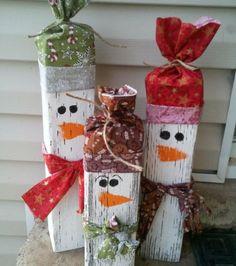 Drei schneem nner aus holz mit selbstgen hten m tzen b a for Weihnachtsdeko fa r aussen aus holz