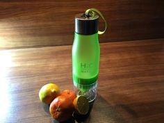 H2O 650ml Wasser-Trinkflasche mit integrierter Zitruspresse, grün - Stelle Dir dank integrierter Zitruspresse leckeres Wasser für unterwegs her. Direkt in der Flasche.