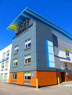 """Aloft Calgary University Calgary (Alberta) Just 7 km drive from Calgary city centre, this property boasts rooms with free WiFi and a 42"""" flat-screen TV. Guests can swim in the indoor pool or take a spin or aerobics class in the fitness centre."""