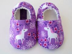 Unicorn baby shoes by JoEEBaby on Etsy Baby Girl Shoes, Girls Shoes, Cotton Fleece, Cotton Fabric, Handmade Baby, Handmade Gifts, Baby Slippers, Baby Accessories, Unicorn