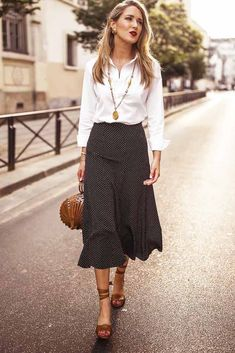 White Blouse With Black Print Skirt ★ Professional women work outfits to wear to the office despite the season, be it summer or winter. Office Skirt Outfit, Winter Skirt Outfit, Skirt Outfits, Spring Work Outfits, Fall Fashion Outfits, Fashion Clothes, Trendy Outfits, Girly Outfits, Spring Blouses