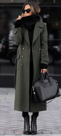 Minimal outfit ideas - MONIQUE LASCURAIN - - Minimal outfit ideas Long green coat over black jeans and black knit sweater Mode Outfits, Trendy Outfits, Ladies Outfits, Best Outfits, Black Outfits, Mantel Outfit, Green Trench Coat, Green Wool Coat, Winter Trench Coat