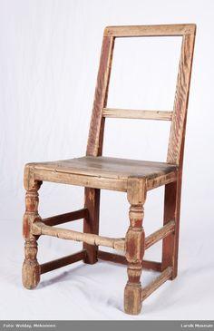 Form: rett toppstykke og tverrbrett. firesidige bakstolper og bakben i ett. svak knekk ved setet. dreide ben foran. sprossen foran dreiet, ellers er sprosse- verket profilert. setet smalner mot rygg, festet med trenagler og spiker nærmest ryggen. reg.kort: ant fra 1600-tallet     Høyrygget Spikes, Chairs, Furniture, Home Decor, Sprouts, Cnd Nails, Decoration Home, Studs, Room Decor