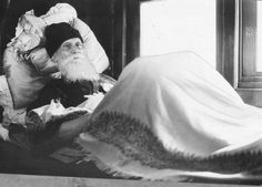 Rabindranath Tagore in his bed in a railway compartment at Howrah Station (Kolkata) on 22 November 1940 - Old Indian Photos Rare Pictures, Rare Photos, Cool Pictures, Tagore Quotes, Indian Freedom Fighters, Suvichar In Hindi, Calcutta, Nobel Prize Winners, Rabindranath Tagore