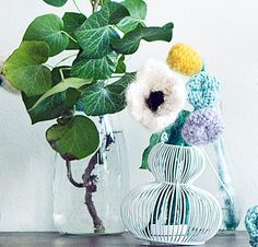 Divers fleurs tricotées en laine et mohair. Emmanuelle Esther