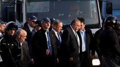 """El primer ministro Benjamín Netanyahu dijo en la escena del atentado en Jerusalem que """"todos los indicios apuntan a que el terrorista era partidario del Estado Islámico"""", vinculando el atentado a ataques similares en Europa."""
