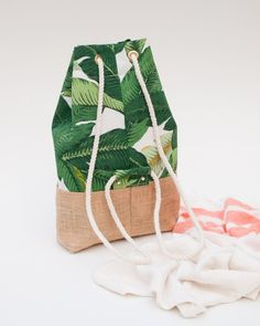 Green Palm Leaf Back Pack Jute Burlap Bottom Beach Bag .- Green Palm Blatt Back Pack Jute Sackleinen unten Strand Tasche Diy Backpack, Backpack Straps, Small Backpack, Mochila Tutorial, Printing On Burlap, Jute Bags, Summer Bags, Handmade Bags, Bag Making