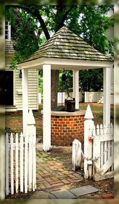 Living In Williamsburg, Virginia: Elkanah Deane House Well And Garden, Colonial Williamsburg, Virginia