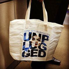 """Mungkin kah anda yang bertuah mendapatkan beg khas """"Unplugged"""" Dato Siti Nurhaliza ini ? #unplugged #mikrajcinta #ctdk #universalmusic #undomestic"""