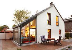 Kompakt und fast schon puristisch bietet das Fertighaus-Modell Weisenau nicht zuletzt durch den Wintergarten ein Maximum an Wohnkomfort. Doch der Grundriss bietet weitere Raffinessen. Raumgrundfläche gesamt: 120,42 qm