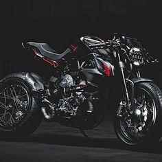 Esta máquina  está brutal.  @Regrann from @zracers -  MV Agusta Brutale Dragster by Valter Moto Components#zcaferacers - #regrann