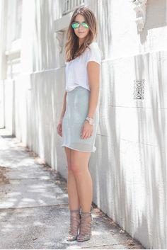 Fashion Blogger of the Day   Sara Donaldson from www.harperharley.com  这位来自澳洲悉尼的时尚博主是小编的心头爱。她穿衣风格以简约,实穿为主。崇尚黑白灰的基本款搭配,无论怎么穿都是怎么看怎么舒服。Sara长像甜美,不像其他时尚博主个个瘦地跟人干一样,Sara 有双壮壮的美腿。每次看她穿短裙都有种特实在的感觉。对嘛,女生就该圆润一点才有好福气。Sara现在为澳洲的首饰品牌MANIAMANIA工作,还不是全职的时尚博主哦。