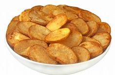 Pokrájené plátky brambor potřete olejem, posolte a opepřete. Do půl hodiny máte pochoutku hotovou Snack Recipes, Snacks, Potato Chips, Food 52, I Foods, Food And Drink, Veggies, Menu, Potatoes