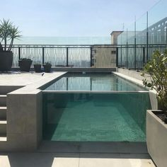Piscina de vidro: 40 projetos incríveis e de tirar o fôlego Small Backyard Pools, Backyard Pool Landscaping, Backyard Pool Designs, Swimming Pools Backyard, Swimming Pool Designs, Outdoor Pool, Above Ground Pool, In Ground Pools, Appartement Design Studio