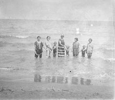Familia en la playa de Cullera, entre 1919-1927. Fotografía de Francisco Roglá
