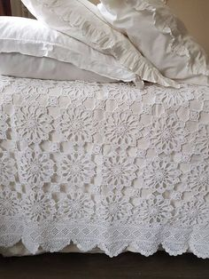 Feeling at Home brocante linnengoed. Filet Crochet, Crochet Motif, Knit Crochet, Crochet Bedspread, Afghan Crochet Patterns, Designer Bed Sheets, Manta Crochet, Shabby Chic Bedrooms, Cozy Bed