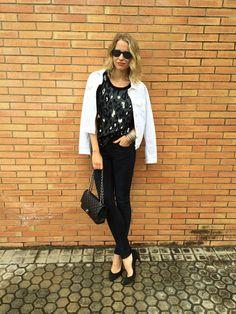 María León con jeans de Acne, top estampado de Sandro, chaqueta vaquera blanca de PDH Sport, bolso 2.55 de Chanel, pulseras Indias, pendient...
