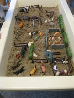 Farm Sand Table Idea - Farm to Market Preschool Theme Sensory Tubs, Sensory Boxes, Farm Sensory Bin, Farm Activities, Preschool Activities, Sand Table, Barn Wood Crafts, Small World Play, Play Based Learning