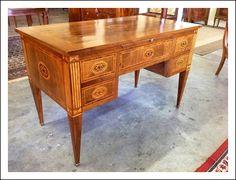 Splendida scrivania da centro Luigi XVI in legno di frutto interamente intarsiata e filettata in noce e bosso, cinque cassetti su un lato e altrettanti finti cassetti sull'altro, tiretto rivestito in pelle sotto il piano.Restaurata. Epoca metà '800