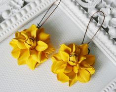 The leather rose earrings measures ap cm and is made of genuine leather. Paper Earrings, Big Earrings, Leather Earrings, Clay Earrings, Clay Flowers, Flowers Garden, Fancy Jewellery, Handmade Jewelry, Jewelry Crafts