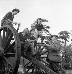 """""""Arrest That Rat: the Work of the Women's Land Army Rat Catchers, Sussex, Land Girls enjoy a hot cup of tea after a hard day of rat catching. Dig For Victory, Women's Land Army, Land Girls, Army Girls, Female Farmer, Make Do And Mend, The Blitz, Battle Of Britain, 30 Years Old"""