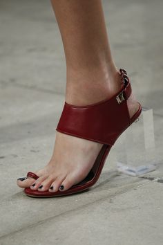 Prabal Gurung Spring 2018 Ready-to-Wear Fashion Show Prabal Gurung Spring 2018 Ready-to-Wear Accessories Photos – Vogue Leather Slippers, Leather Sandals, Shoes Sandals, Flats, Cute Shoes, Me Too Shoes, Runway Shoes, Shoe Pattern, Prabal Gurung