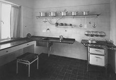 Erna Meyer's kitchen in the house designed by J. Oud for the Weissenhof Siedlung Exhibition, Stuttgart, Art Deco Kitchen, Walter Gropius, Design Research, World Of Interiors, Le Corbusier, Frankfurt, Bauhaus, Modern Architecture, Home Kitchens