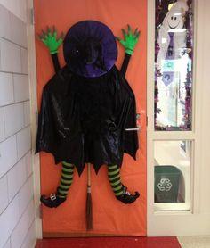 halloween-tuerdeko-hexe-unglueck-besen-gruene-haende